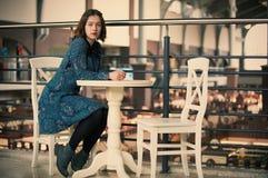 Портрет молодой мечтательной женщины сидя в кафе Стоковое фото RF