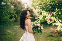 Портрет молодой невесты в зацветая саде сирени стоковое изображение