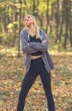 Портрет молодой привлекательной девушки в парке осени Стоковое Изображение RF