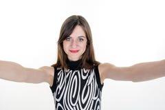 Портрет молодой привлекательной женщины делая selfie Стоковая Фотография