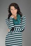 Портрет молодой привлекательной женщины над серым цветом Стоковая Фотография RF