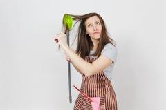 Портрет молодой привлекательной усмехаясь домохозяйки брюнет кавказской на белой предпосылке Красивая женщина эконома Стоковые Изображения RF