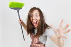 Портрет молодой привлекательной усмехаясь домохозяйки брюнет кавказской на белой предпосылке Красивая женщина эконома Стоковая Фотография RF