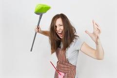 Портрет молодой привлекательной усмехаясь домохозяйки брюнет кавказской на белой предпосылке Красивая женщина эконома Стоковая Фотография