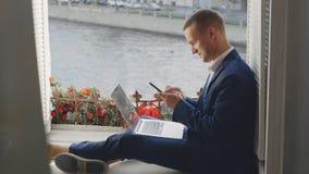 Портрет молодой работы человека офиса неофициальной видеоматериал