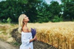 Портрет молодой романтичной женщины на прогулке в сельской местности Стоковые Фото