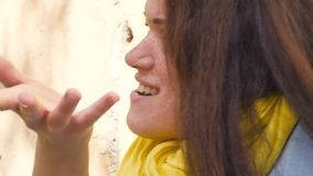 Портрет молодой рыжеволосой женщины с веснушками, выражая сюрприз, разочарование, негодование негодование конец акции видеоматериалы