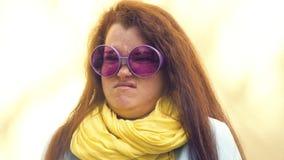 Портрет молодой рыжеволосой женщины с веснушками, выражая сюрприз, разочарование, негодование негодование конец сток-видео
