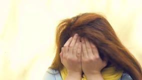 Портрет молодой рыжеволосой женщины с веснушками, выражая сюрприз, разочарование, негодование негодование конец видеоматериал