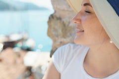 Портрет молодой симпатичной девушки в шляпе стоковое фото rf