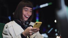Портрет молодой стильной женщины просматривая на мобильном телефоне публично транспортирует Молодой городской профессионал успешн сток-видео