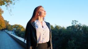 Портрет молодой счастливой бизнес-леди идя самостоятельно город Красивая кавказская девушка студента в белой сексуальной блузке акции видеоматериалы