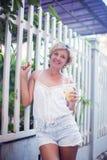 Портрет молодой счастливой усмехаясь девушки женщины предназначенной для подростков - внешней в n стоковое изображение