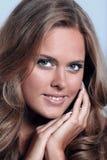 Портрет молодой счастливой усмехаясь думая женщины, над серым backgr Стоковые Изображения