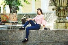 Портрет молодой туристской девушки в городе Стоковая Фотография RF