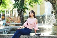 Портрет молодой туристской девушки в городе Стоковое Изображение