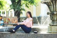 Портрет молодой туристской девушки в городе Стоковые Изображения