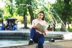 Портрет молодой туристской девушки в городе Стоковая Фотография