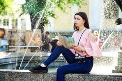 Портрет молодой туристской девушки в городе Стоковое Фото