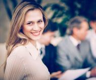 Портрет молодой уверенно усмехаться бизнес-леди стоковая фотография