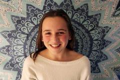 Портрет молодой усмехаться девочка-подростка стоковая фотография rf