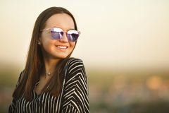 Портрет молодой усмехаясь девушки в солнечных очках с отражательными стеклами Стоковые Изображения RF