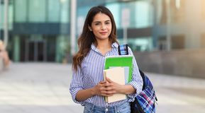 Портрет молодой усмехаясь женщины держа книги, исследование, образование, знание, концепцию цели стоковое изображение