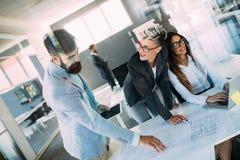 Портрет молодых архитекторов обсуждая в офисе Стоковые Фото