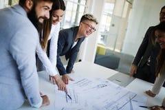 Портрет молодых архитекторов обсуждая в офисе Стоковое Изображение