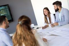 Портрет молодых архитекторов обсуждая в офисе Стоковое фото RF