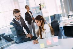 Портрет молодых архитекторов обсуждая в офисе Стоковая Фотография RF