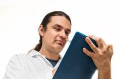 Портрет молодых доктора или ученого в белом пальто писать рецепт стоковые фото