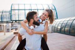 Портрет молодых привлекательных счастливых пар фитнеса Стоковая Фотография
