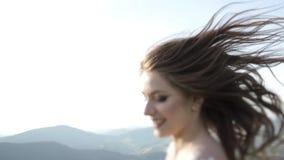 Портрет молодых стильных пар моды представляя в заходе солнца лета видеоматериал