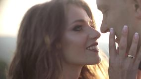 Портрет молодых стильных пар моды представляя в заходе солнца лета сток-видео