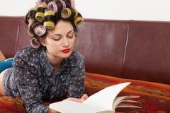 Портрет модели с книгой Стоковые Изображения RF