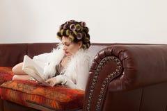 Портрет модели с книгой Стоковое Изображение