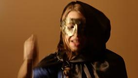 Портрет модели хеллоуина ужаса - сатанинский предназначенный для подростков священник или друид девушки с ритуальным ножом 4k UHD акции видеоматериалы