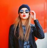 Портрет модной белокурой девушки с красной губной помадой Стоковые Изображения RF