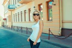 Портрет модной белокурой девушки Стоковые Фото
