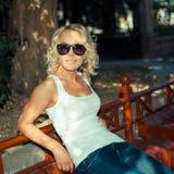 Портрет модной белокурой девушки Стоковое фото RF