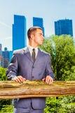 Портрет молодого американского бизнесмена путешествуя, работая в новой Стоковые Фотографии RF