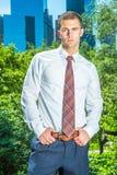 Портрет молодого американского бизнесмена работая в Нью-Йорке в su Стоковые Фото