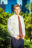Портрет молодого американского бизнесмена работая в Нью-Йорке в su Стоковые Фотографии RF