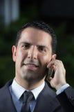 Портрет молодого латинского бизнесмена используя сотовый телефон Стоковые Фотографии RF