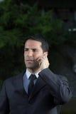 Портрет молодого латинского бизнесмена используя сотовый телефон Стоковые Изображения RF
