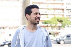 Портрет молодого латинского человека место урбанское Стоковые Фото