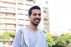 Портрет молодого латинского человека место урбанское Стоковое Изображение RF