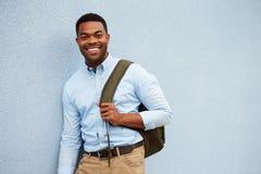 Портрет молодого Афро-американского человека против серой стены стоковое изображение rf