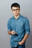Портрет молодого бизнесмена говоря на телефоне Смотреть камеру Стоковая Фотография RF